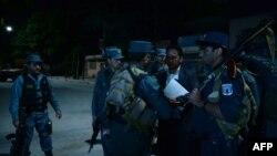 Офіцери афганської поліції поблизу готелю Park Place зранку 14 травня, Кабул, Афганістан