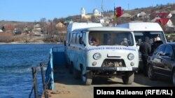 O ambulanță pe podul plutitor de peste Nistru, îndreptându-se spre Molovata Nouă
