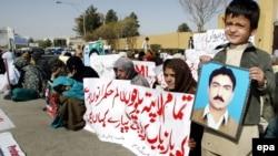 کوټه: د بلوچستان های کورټ مخې ته مظاهره چیان د ورکو شویو کسانو د راخوشې کولو لپاره له عدالته مرسته غواړي. دا انځور د ۲۰۰۹ز کال دی.