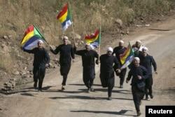 """Сирийские друзы, спасающиеся от боевиков """"ИГИЛ"""", бегут к пограничным ограждениям на Голанских высотах, чтобы найти убежище в Израиле. Лето 2015 года"""