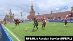 Izbjeglice igraju fudbal na Crvenom trgu.