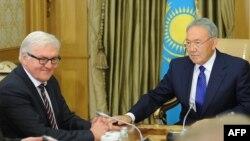 Министр иностранных дел Германии Франк-Вальтер Штайнмайер (слева) и президент Казахстана Нурсултан Назарбаев. Астана, 10 ноября 2014 года.