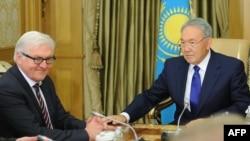 Германия сыртқы істер министрі Франк-Вальтер Штайнмайер (сол жақта) Қазақстан президенті Нұрсұлтан Назарбаевпен кездесіп отыр. Астана, 10 қараша 2014 жыл.