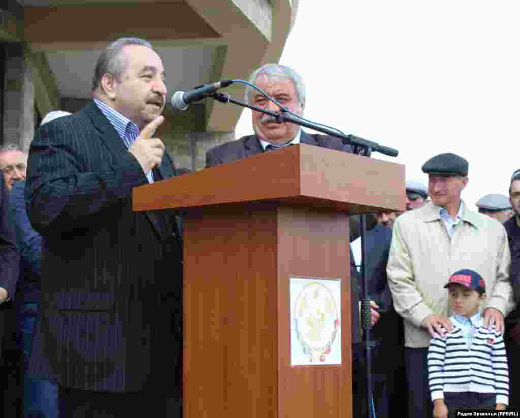 Багъдадалдаса таржамачи ХIасан Дия Алдинил пикру ккана ГIиракъалда Расул ХIамзатовасе мемориал рагьизе.