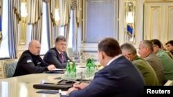 پیتر پوروشنکو، رییسجمهوری اوکراین (نفر دوم در سمت راست) در جلسه روز پنجشنبه با مقامهای امنیتی این کشور.