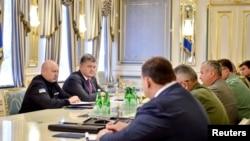 Украин президенти Петро Порошенко украин коопсуздук кызматынын жетекчилери менен жыйын өткөрдү. 11-август