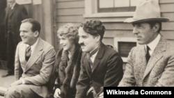 بر اساس گزارش کتابخانه کنگره آمریکا، فیلمهای صامت چارلی چاپلین (نفر دوم از راست) و مری پیکفورد (نفر سوم) حفظ شدهاند.