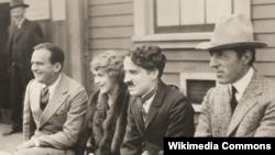 "Слева направо: Дуглас Фэрбэнкс, Мэри Пикфорд, Чарли Чаплин и Д.У.Гриффит - основатели кинокомпании ""Юнайтед Артистс"""
