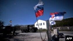 Zastava Srbije uz zastavu Rusije i ruske mornarice na kontrolnom puntu prema Sevastopolju, Krim, 2014.