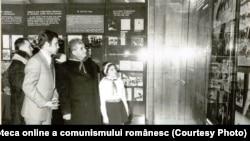 Ceaușescu vizitează muzeul din Scornicești unde exponatele aveau, evident, legătură cu el și familia lui (28.I.1978). Sursa: Fototeca online a comunismului românesc; cota: 36/1978