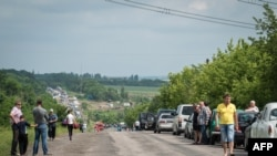 На офіційних пунктах пропуску з контрольованої бойовиками частини території України утворюються багатокілометрові черги (архівне фото, червень 2015 року)
