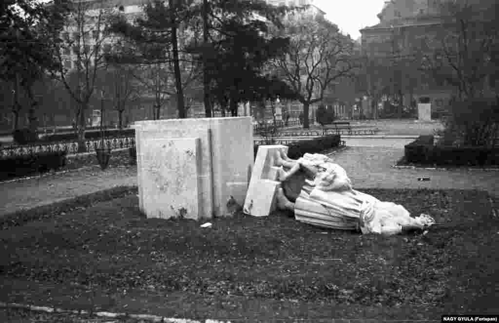 Поверженная в ходе Венгерской революции групповая скульптура с «благодарными» венграми – взрослыми и детьми, стоявшая рядом с памятником бойцам Красной армии в Будапеште