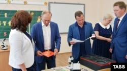 Президент России Владимир Путин, премьер-министр Дмитрий Медведев посетили Севастополь, 18 августа 2017 год