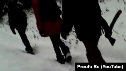 Дети идут в школу через лес с топорами, Башкирия