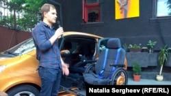 Adrian Vlas, prezentându-şi invenţia
