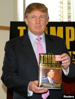 Donald Trump 2004-cü ildə 'Necə varlı olmaq' kitabının imza mərasimində.