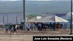 Дети задержанных мигрантов играют в футбол в лагере на границе США
