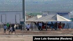 Ұсталған заңсыз мигранттардың балалары Мексикамен шекарадағы лагерде футбол ойнап жүр. Техас штаты, 21 маусым 2018 жыл.