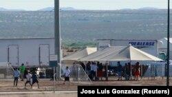 Дети задержанных мигрантов играют в футбол в штате Техас в палаточном лагере, сооруженном близ границы с Мексикой. 18 июня 2018 года.