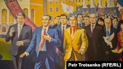 Фрагмент картины, изображающей Нурсултана Назарбаева в компании политических и общественных деятелей Казахстана. Шамалган, 28 ноября 2018 года.
