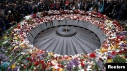 Мемориал жертвам Геноцида армян Цицернакаберд 24 апреля 2015 года - в 100-ю годовщину Геноцида армян
