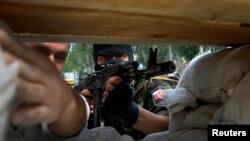 Озброєний проросійський бойовик на барикаді біля аеропорту у Донецьку, 27 травня 2014 року