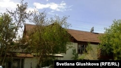 Дом, расположенный в непосредственной близости от места взрыва. Астана, 24 мая 2011 года.