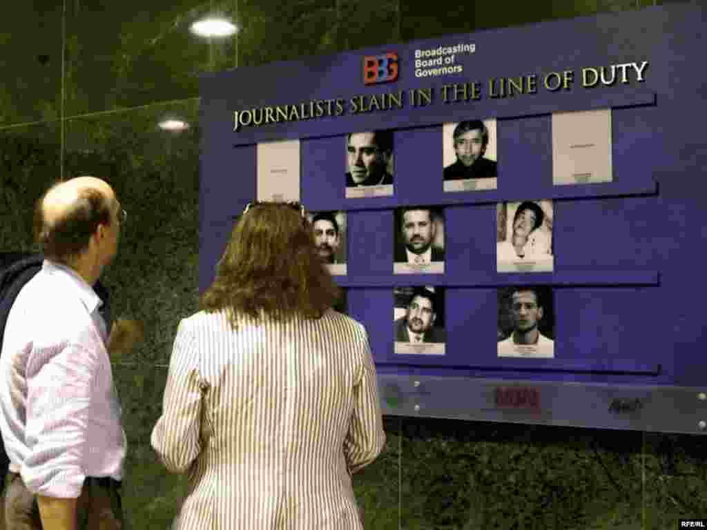 Вашингтон. В Музее журналистики Newseum открыта памятная мемориальная доска, посвященная журналистам, погибшим при исполнении профессиональных обязанностей в 2005-2007 годах. Среди 155 имен есть имя журналиста из Кыргызстана Алишера Саипова.