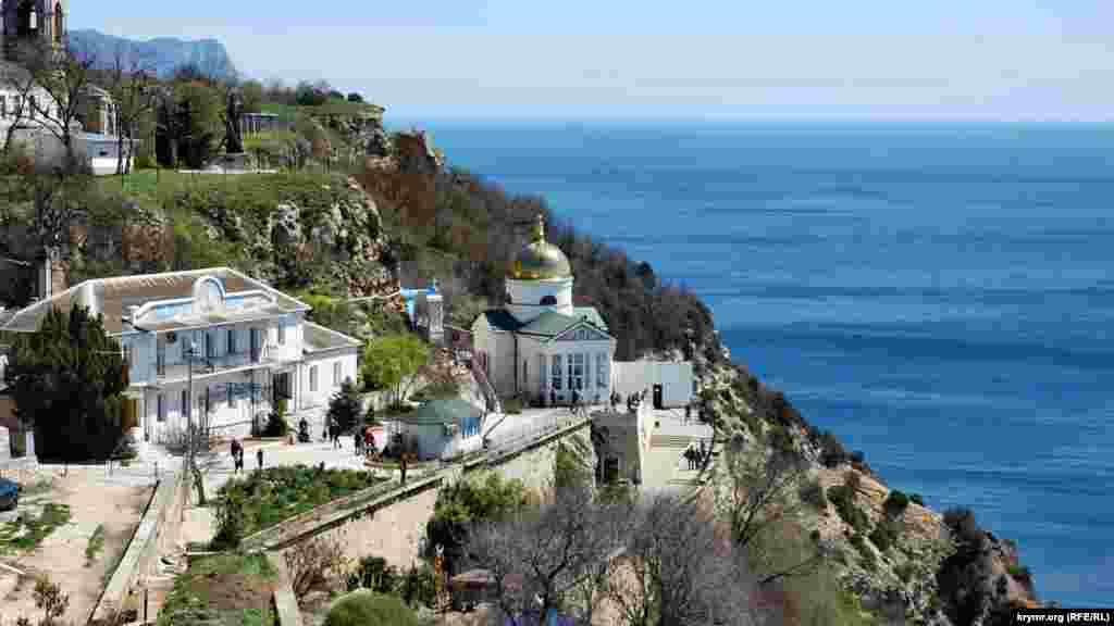 Свято-Георгиевский монастырь в Балаклаве. Мимо него пролегает дорога к популярному городскому пляжу «Фиолент». Этот спуск насчитывает около 800 ступенек по крутому склону горы