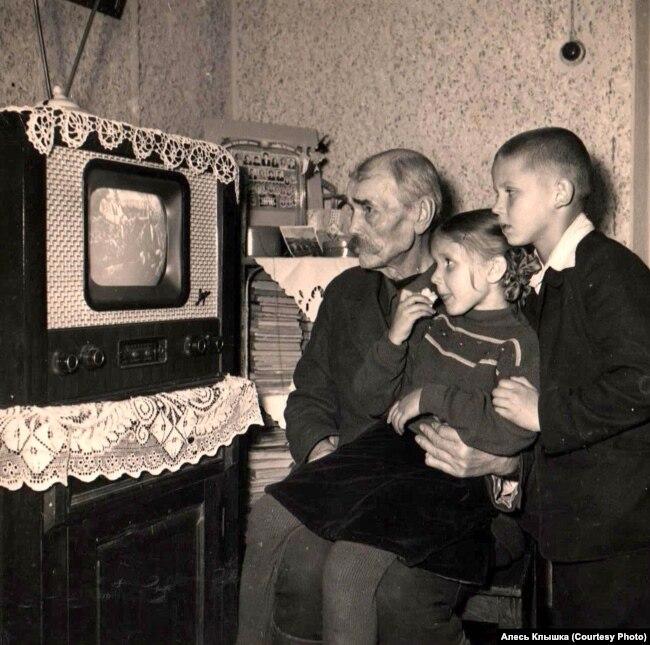 Иосиф Голубев с внуками Мариной и Александром