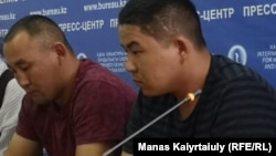 Кастер Мусаханулы (слева) и Мурагер Алимулы, заявившие о бегстве из Китая, в пресс-центре Казахстанского бюро по правам человека. Алматы, 14 октября 2019 года.