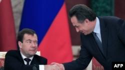 Ресей президенті Дмитрий Медведевтің қолын алып тұрған Ресей спорт министрі Виталий Мутко. Мәскеу, 20 желтоқсан, 2010 жыл