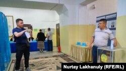 На одном из избирательных участков в Алматы, 9 июня 2019 года.