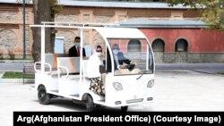 رئیس جمهور غنی در حال رانندگی موتر سولری ساخت افغانستان در محوطه قصر ریاست جمهوری.