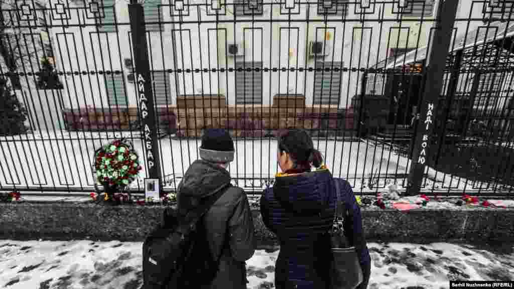 Кияни, незважаючи на погану погоду, приходять до посольства Росії, щоби покласти квіти на знак пам'яті про загиблих в авіакатастрофі у Ростові-на-Дону