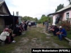 Кызды акыркы сапарга узатуу үчүн чогулган айылдыктар.