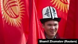 Мужчина в национальном головном уборе накануне празднования Дня ак-калпака в Бишкеке. 4 марта 2016 года.