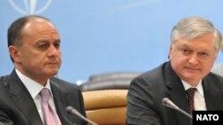 Министр иностранных дел Армении Эдвард Налбандян (справа) и министр обороны Сейран Оганян (архив)