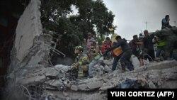 Люди розбирають завали після землетрусу в Мехіко, 19 вересня 2017 року