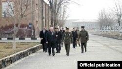 Министр иностранных дел Армении Эдвард Налбандян посещает N-скую воинскую часть, 29 декабря 2014 г․