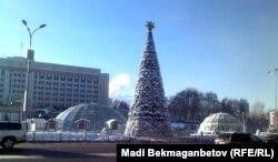 Республика алаңындағы жаңа жылдық шырша. Алматы, 19 желтоқсан 2013 жыл.