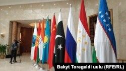 Флаг Шанхайской организации сотрудничества (ШОС) и государственные флаги стран-участниц.
