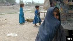 یک پناهنده افغان همراه فرزندانش. عکس تزئینی است.