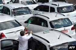 Забастовка бразильских таксистов в Сан-Паоло в связи с началом работы сервиса-агрегатора