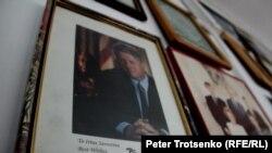 АҚШ-тың 42-президенті Билл Клинтонның қолтаңбасы бар фотосуреті. Алматы, 12 желтоқсан 2016 жыл.