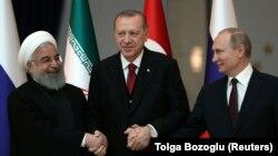 Presidenti iranian, Hasan Rohani (majtas), lideri turk, Recep Tayyip Erdogan dhe presidenti rus, Vladimir Putin (djathtas). Foto nga arkivi.