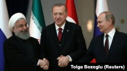 Preisdenti iranian, Hasan Rohani (majtas) ai turk, Recep Tayyip Erdogan dhe Vladimir Putin i Rusisë (djathas).