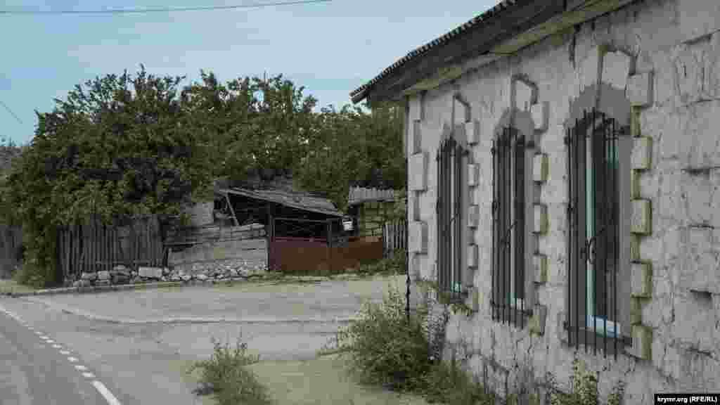 В Орлином сохранились здания, которым более 100 лет. Этот дом построен из крымбальского камня