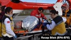 Рятувальники надають допомогу одному з постраждалих внаслідок аварії судна Volgo Balt 214, 7 січня 2019 року