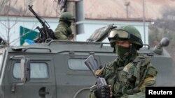 Неизвестные вооруженные люди в крымском городе Балаклава. 1 марта 2014 года.